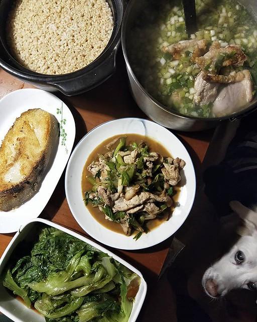 20181213 ✓香煎鱈魚 ✓蒜苗豬肉蟹腿肉 ✓燙大陸妹 ✓蔥雞湯 ✓鍋煮糙米飯 #葛蘿的餐桌 #林球子