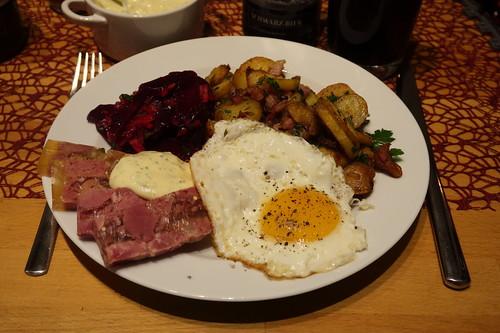 Sülze mit Remoulade zu Rote Bete Salat und Bratkartoffeln mit Spiegelei