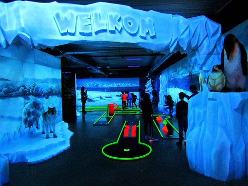 glow in the dark mini golf in Tarzan en Jane Indoor Playground