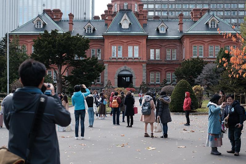 観光客で賑わう赤れんが庁舎