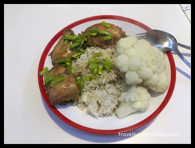 Oosterse kipkluifjes met rijst