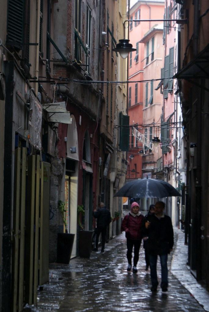 Ruelle du quartier du Pré sous la pluie.