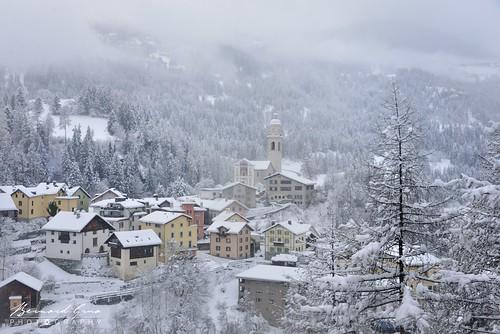 Le village de Tiefencastel, vu du train, sous la neige, en