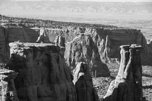 nikon d7200 amateur outside exterior outdoors fall 2018 vacation trip scenic beautiful co colorado west midwest bw blackwhite blackandwhite desaturated coloradostatemonument statepark nationalparkservice coloradomonument park scenicoverlook formations rockformations historic monument canyon handheld