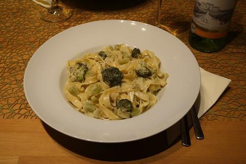 Tagliatelle mit Weißwein-Parmesan-Sauce und Broccoli
