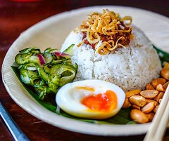 Brunching tomorrow? Ditch the avo toast and egg benny. Go for @sambalshiok 's #Malaysian #brunch of #NasiLemak - #Coconut #rice served with sambal, peanuts, #egg, sweet pickles and fried mini anchovies . . #breakfast #londonbrunch #igfood #foodgram  #buzz