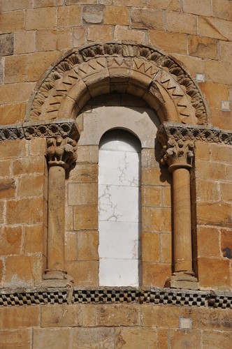 Castañeda (Cantabria). Iglesia colegiata de Santa Cruz. Ábside. Ventana sur
