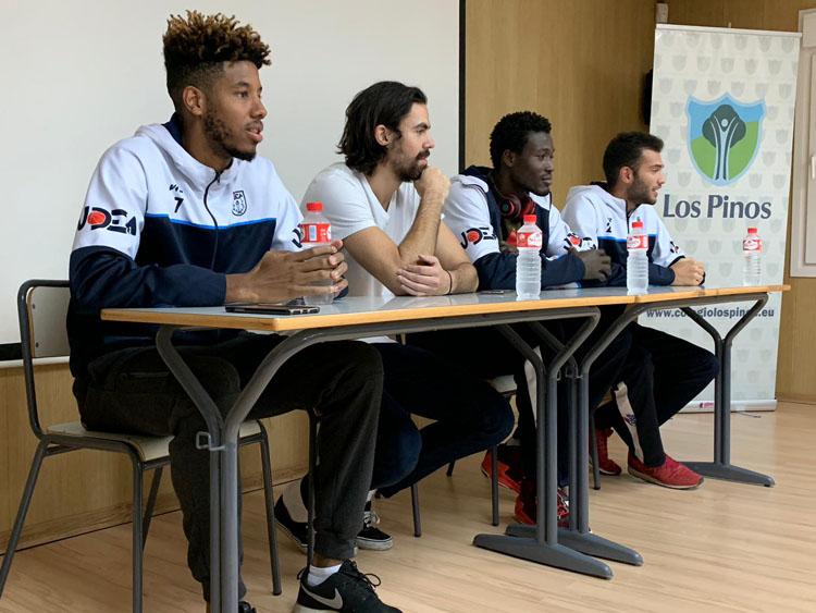 Jugadores del UDEA Algeciras, con técnicos deportivos