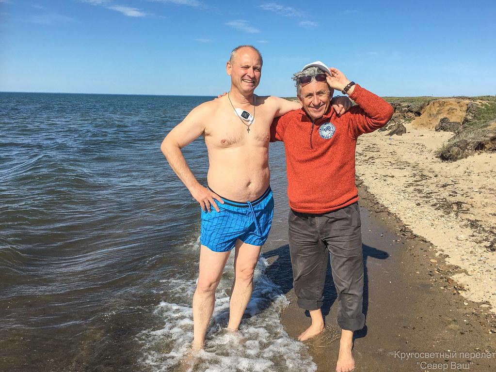 На пляже Евстафьев В.В. и Атьков О.Ю.