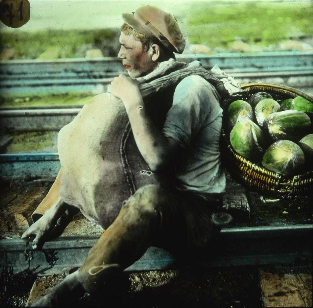 Мальчик, торгующий дынями на железнодорожной станции в минуту отдыха