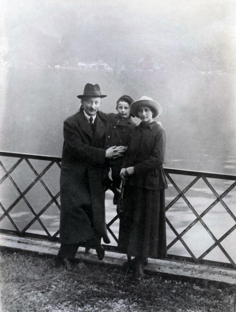 1918. Ф. Э. Дзержинский с женой Софьей Сигизмундовной Мушкат  и их сыном Яном в Лугано, Швейцария, октябрь