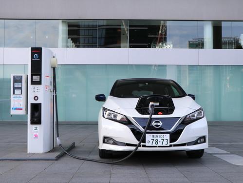 電気自動車(EV)急速充電器と日産リーフ(40kWh)