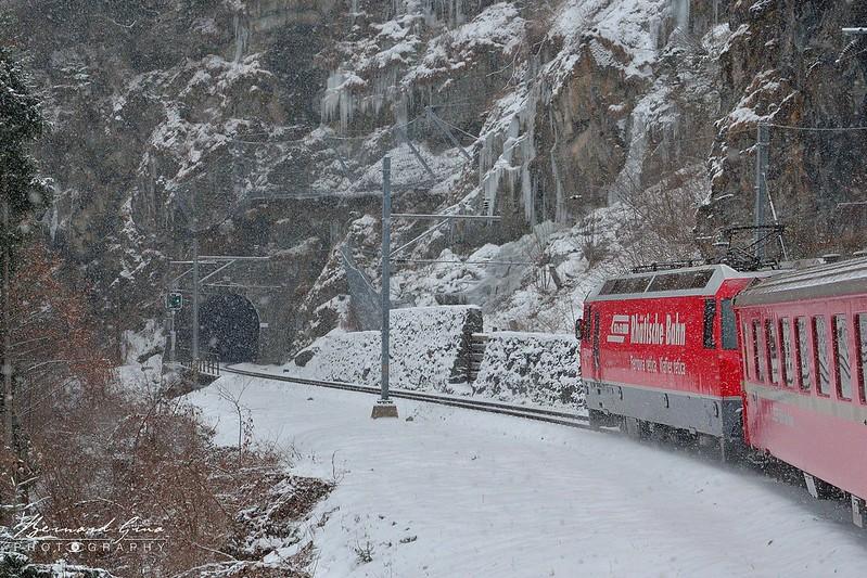 Entrée dans un tunnel sur la rive gauche des gorges de la Schrin avant le viaduc de Solis,  Bernina Glacier Express par  Bernard Grua - Rhätische Bahn, Chemins de fer rhétiques