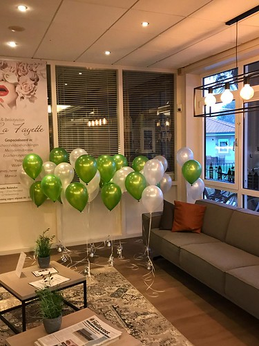Tafeldecoratie 3ballonnen Beautysalon La Fayette Limegroen met Wit