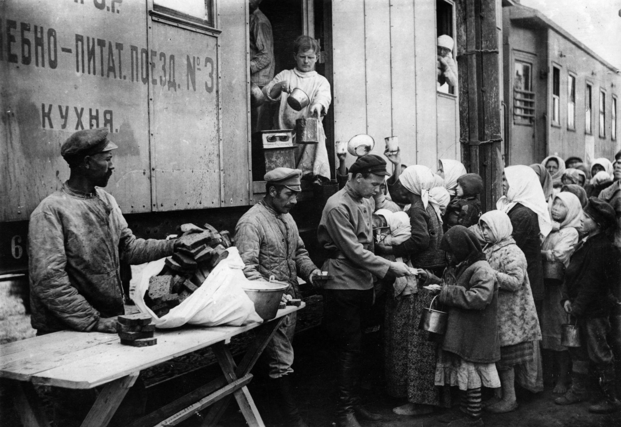 Раздача еды из лечебно-питательного поезда №3. Самарская губерния