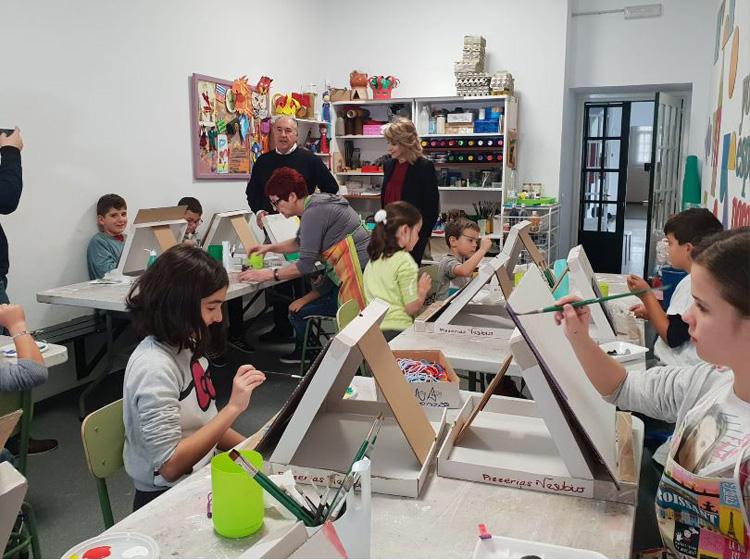 """Los más pequeños conocen la obra del artista algecireño Pepe Guerra gracias a """"Sabadeo en el Museo"""""""