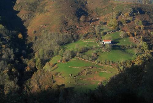 L'autre versant de la vallée.