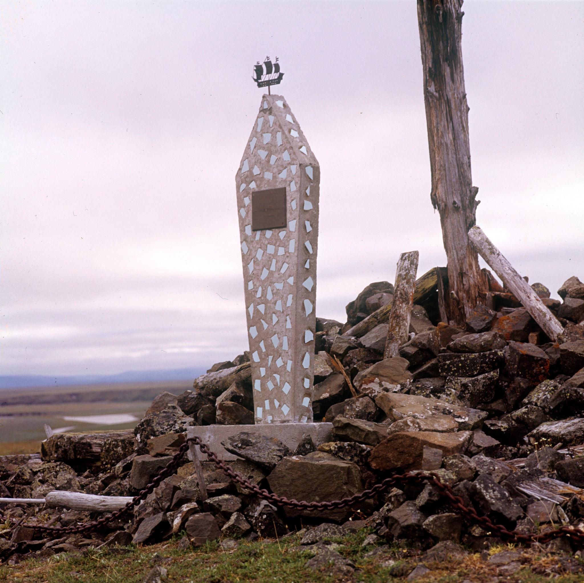 1970-е. Памятник на месте гибели экспедиции американского путешественника Де-Лонга в устье реки Лены