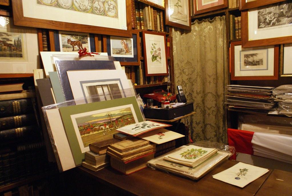 Dans la librairie de livres anciens Dallai à Gênes. Vous y trouverez aussi des illustrations et d'anciennes cartes et dessins botaniques.