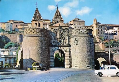 Sellos y postal de la Puerta de la Bisagra, Toledo.