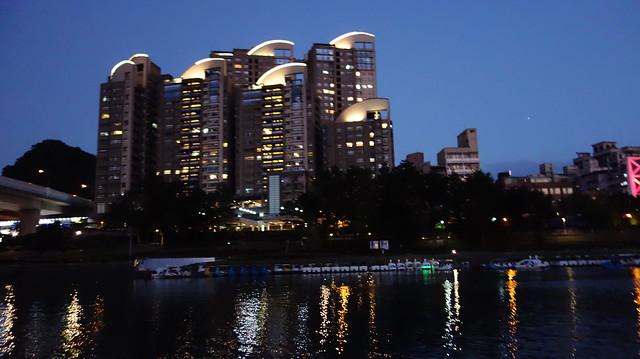 河邊的建案好漂亮喔,回家上網查,這間叫「碧潭有約」,是捷運宅