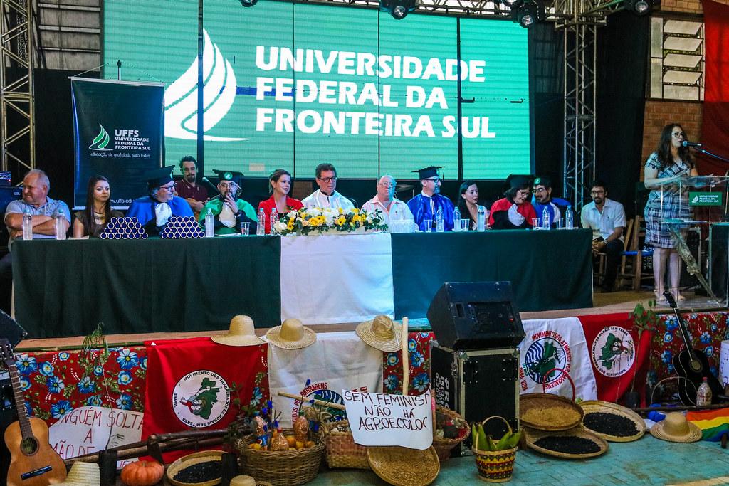 Colação de grau reuniu representantes da UFFS, do Instituto Educar, do Incra e amigos do MST, entre outros. Foto Leandro Molina.jpg