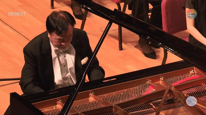 鋼琴家諸大明的精采演奏抓住全場目光。圖/YouTube直播
