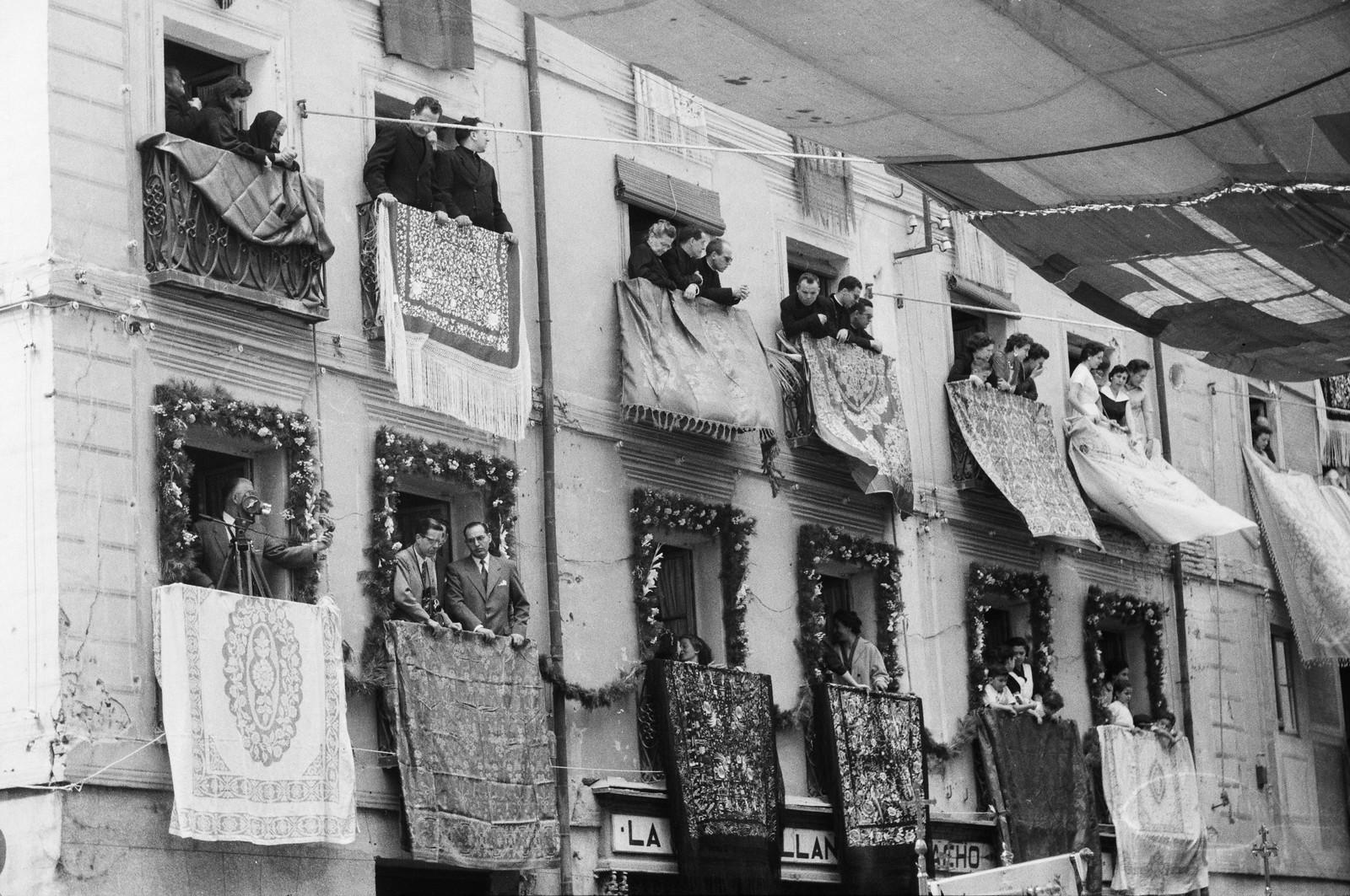 Balcones engalanados con mantones de Manila frente a la Puerta Llana en el Corpus Christi de Toledo de 1955 © ETH-Bibliothek Zurich