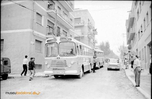 dos autobusos Nazar amb un policia local