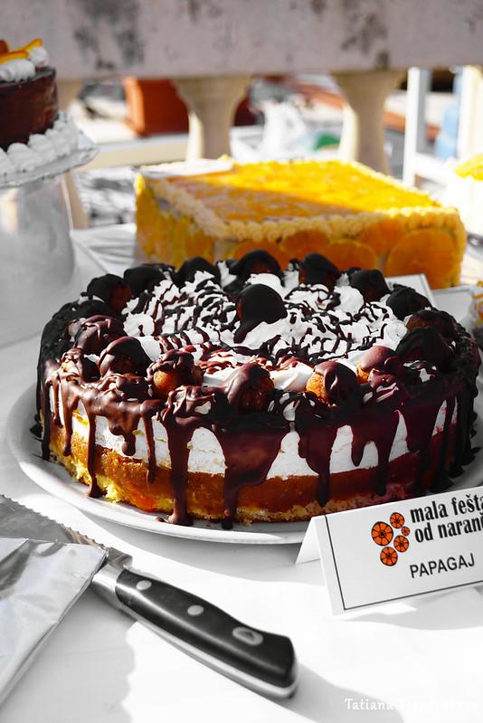 Торт с шоколадом и взбитыми сливками