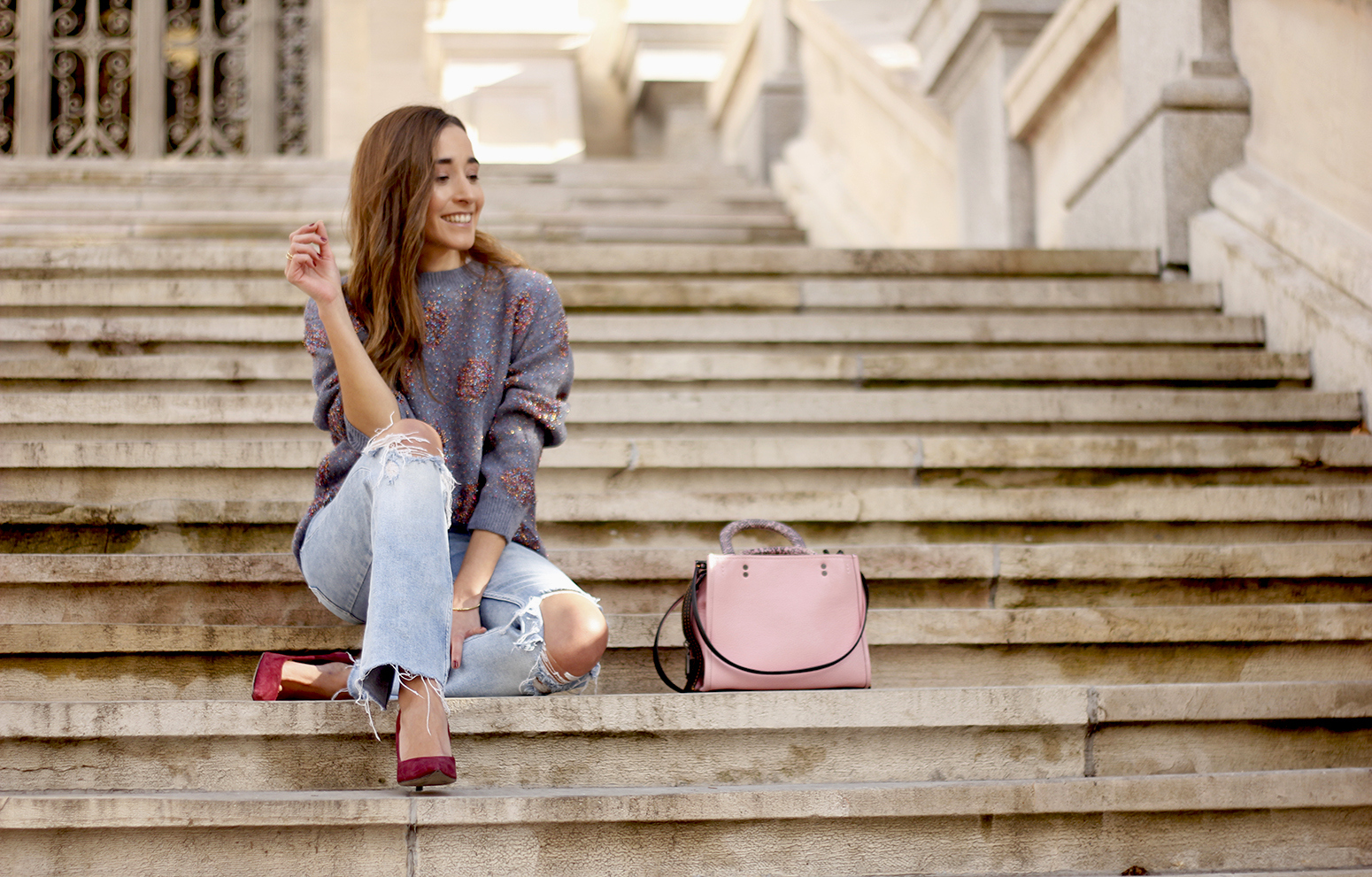 GRAY CHRISTMAS JERSEY ripped jeans pink coaach bag burgundy heels street style fall outfit 20187035