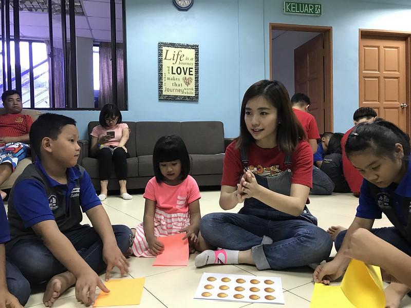 Emily Chan bersama kanak-kanak di Yayasan Sunbeams Home