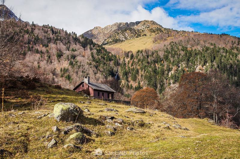 Cabana dera Artiga de Lin con el Saut de Pomèro y el Tuc des Cabiròus.