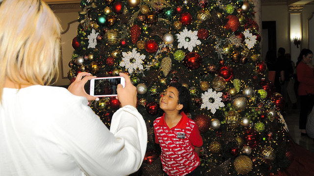 Alegres y en familia continúan las visitas a los jardines del Palacio Nacional por festividades navideñas