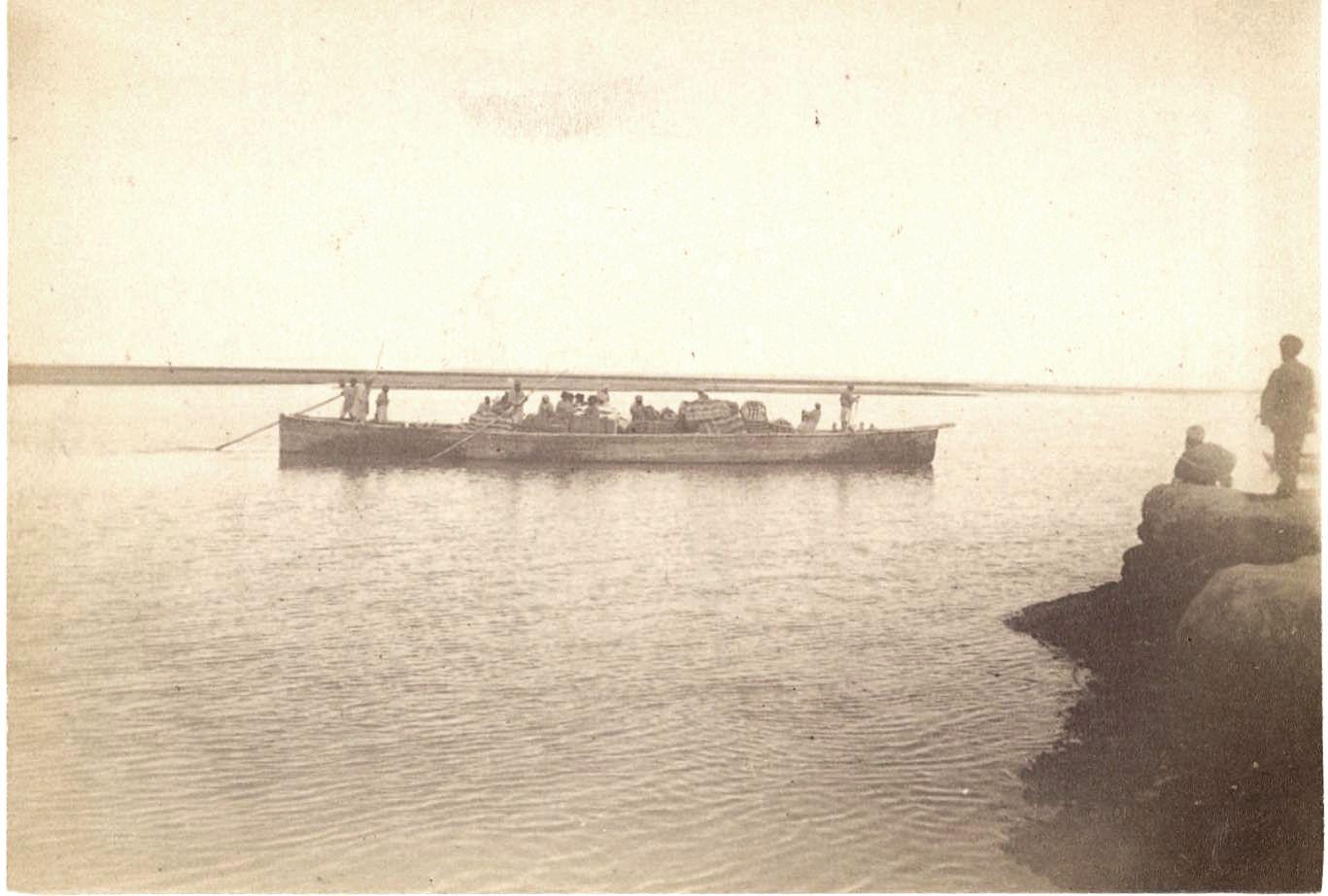 10. Амударья. Лодка с хлопком, пересекающая реку