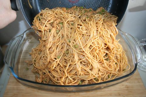 11 - Nudeln in Auflaufform geben / Put noodles in casserole