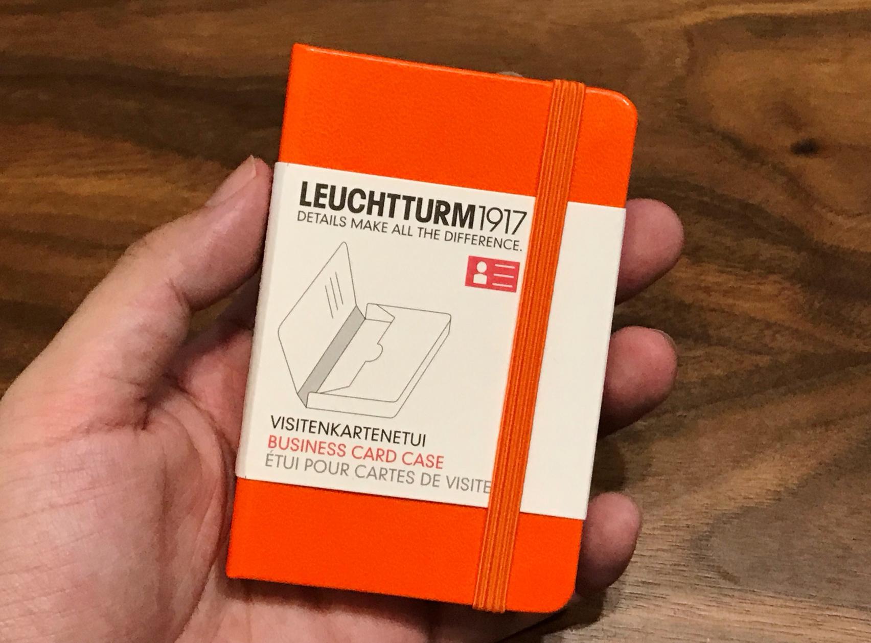 ロイヒトトゥルムカードケース 手に持った