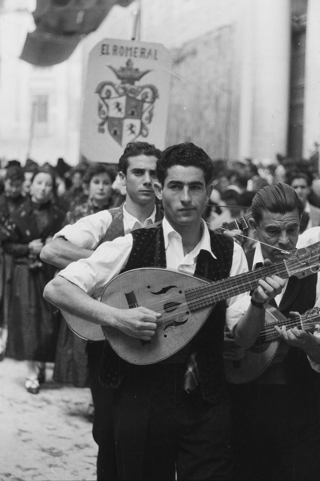 Jóvenes de El Romeral tocan música en el Corpus de 1955 junto a la Catedral de Toledo © ETH-Bibliothek Zurich