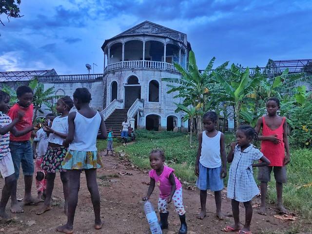 Multitud de niños en el antiguo hospital de Roça Água Izé