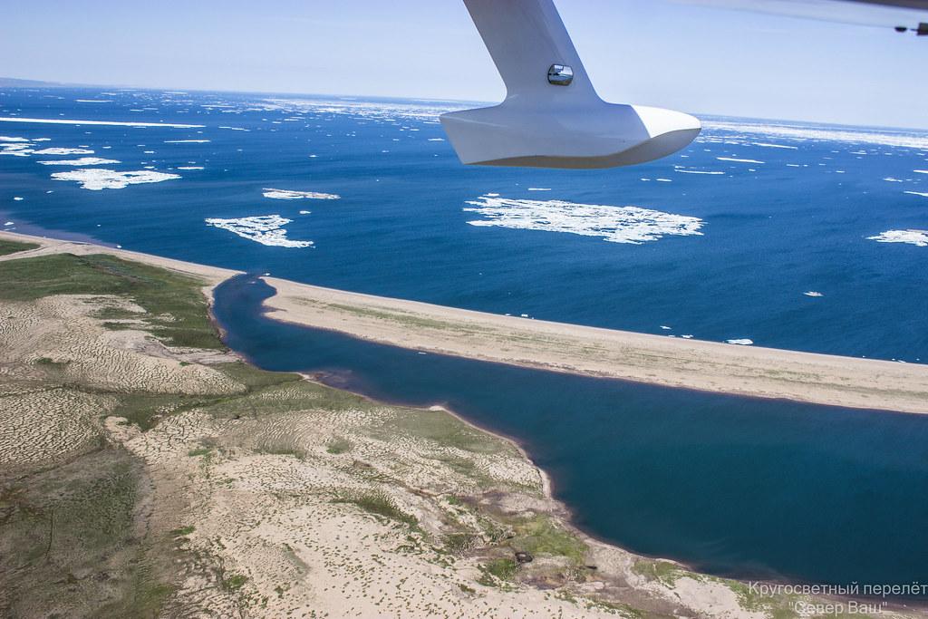 Выходим на побережье и идём над водой, плавает лёд