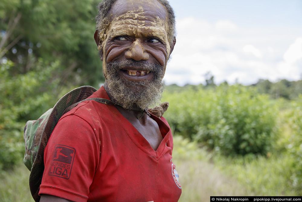 Новойгвинейской деревне в джунглях нужна помощь!