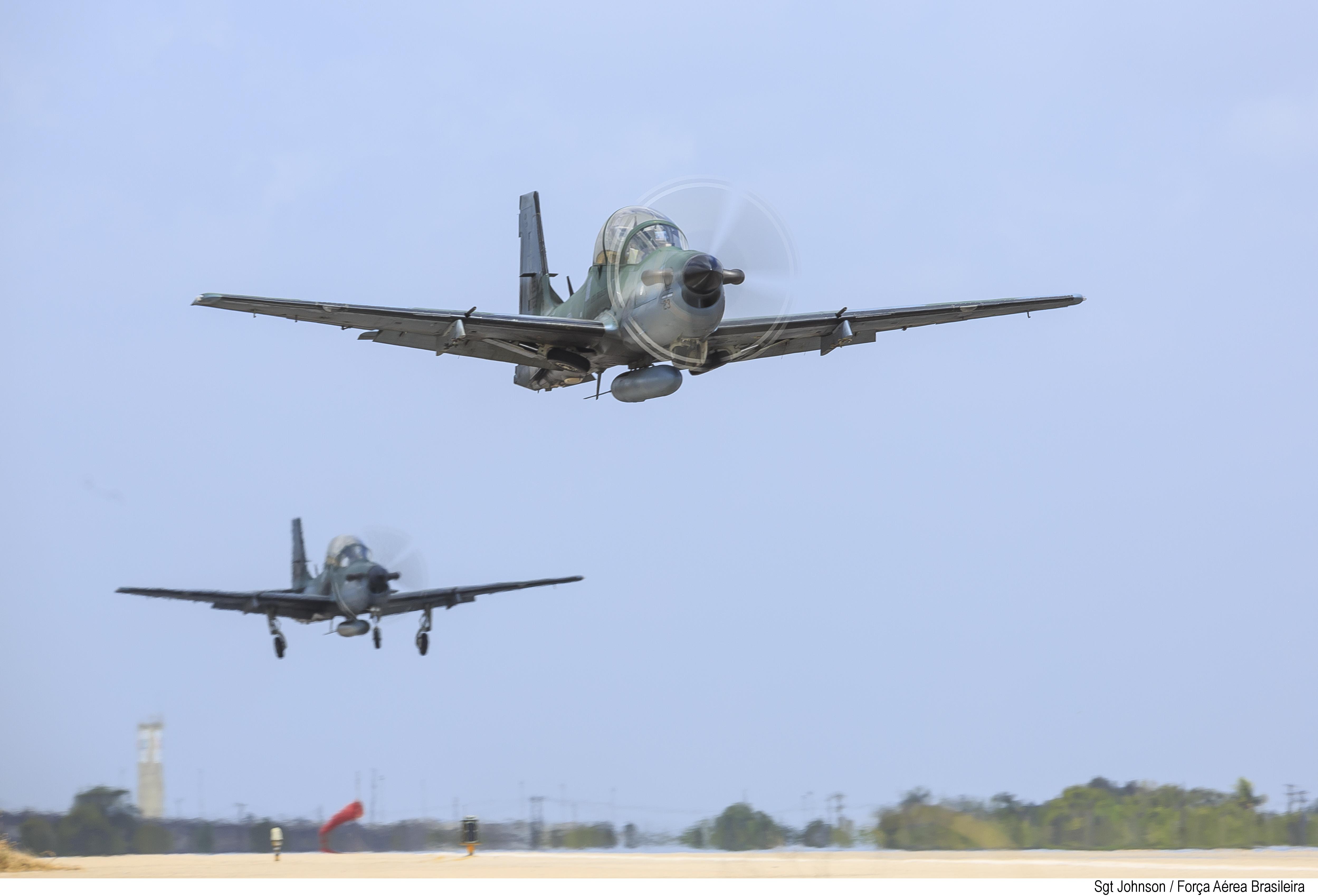 Decolagem de dois A-29
