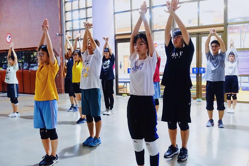 同學們認真練習,團結一心往前邁進。圖/吳晨浩攝