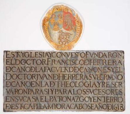 Lápida situada en la iglesia conventual donde se relata la fundación del convento de San Gil por los hermanos Francisco y Juan de Herrera.
