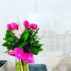 :sparkle: flower up your life :sparkle: :tulip: Gracias a @safloristeria por tan hermosas flores :tulip: #rayaworx #relaxandwork #coworking #coworkingmallorca #flowerstagram #flowersofinstagram #flowersoftheday #blumenstrauß #blumen #pink #officedecor