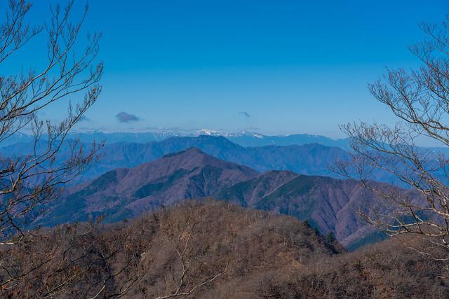 手前から・・・加入道山、今倉山、三ツ峠山。白根三山