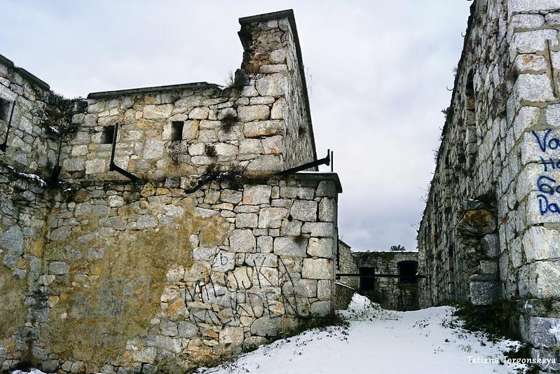 Проход между зданием и крепостной стеной