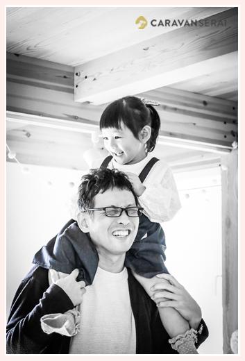 パパに肩車をしてもらう女の子 モノクロ写真