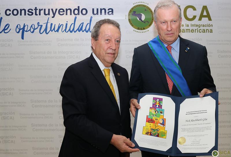 """SG del SICA, Vinicio Cerezo entrega condecoración Orden del SICA en Grado """"Acuerdos de Esquipulas"""" al Presidente del BCIE, Nick Rischbieth"""