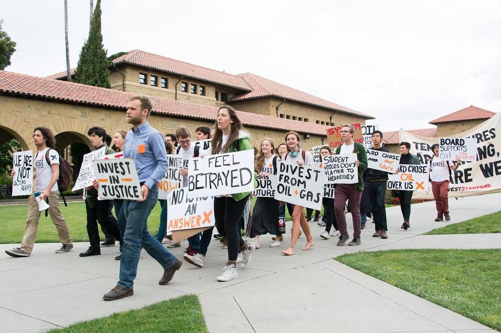 美國史丹佛大學學生發起校園撤資遊行。圖片來源:Fossil Free Stanford